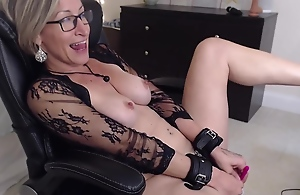 Mature woman gets kinky while masturbating on cam