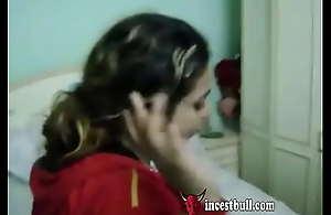 محارم عربي مصري يعرض على اخته الصغيرة ينيكها وهي خايفه