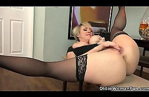 American milf Dee Williams fingers their way energized vagina
