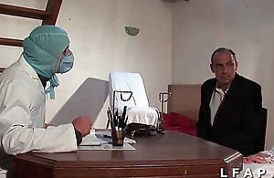 Numbing vieille mariee se fait defoncee le cul chez le gyneco en trine avec le mari