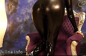 Mature Gummi Herrin Carmen posiert im glä_nzenden Pawing Catsuit